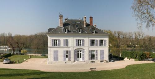 La Grande Maison : Bed and Breakfast near Le Coudray-Montceaux