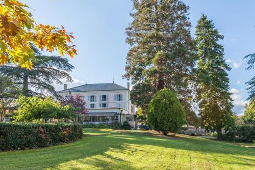 Chateau de Breuil en Beaujolais : Guest accommodation near Thel