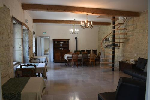 Domaine des Douves : Bed and Breakfast near Noyers