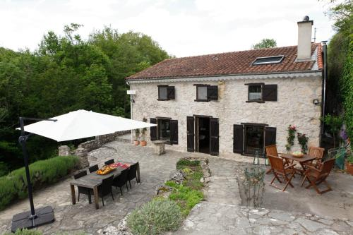 Moulin d'entre les roches : Bed and Breakfast near Rodome