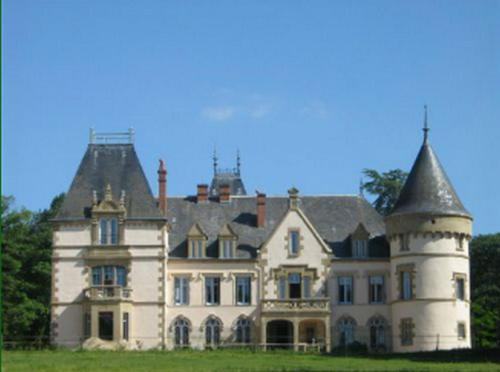 Château du Tout y Fault : Bed and Breakfast near Marcenat