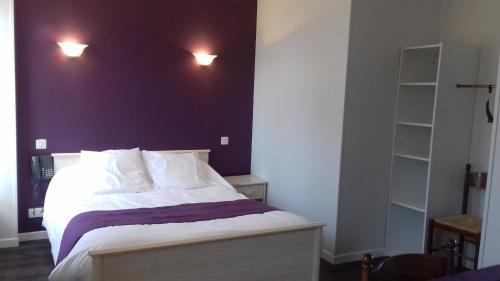 Auberge de la Cloche : Hotel near Souvigné-sur-Même