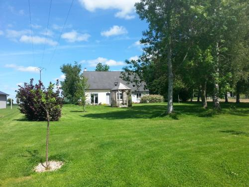 Maison calme et campagne : Guest accommodation near Saint-Georges-de-Reintembault