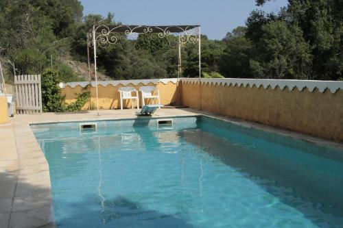 Studio 2-4P, terrasse, barbecue, piscine, parking privée : Guest accommodation near Carcès